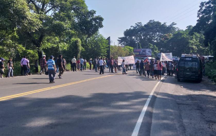 Pobladores que exigen servicio de energía eléctrica bloquearon el paso en la ruta al suroccidente