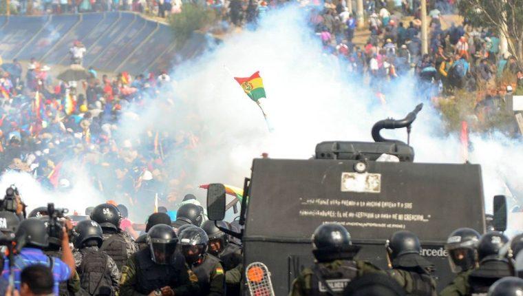 La policía antidisturbios boliviana se enfrenta con partidarios del expresidente boliviano Evo Morales durante una protesta contra el gobierno interino. (Foto Prensa Libre: AFP).
