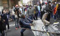 Manifestantes se enfrentan a la policía boliviana durante una protesta contra el Gobierno provisional del país en el centro de La Paz (Foto Prensa Libre: EFE)