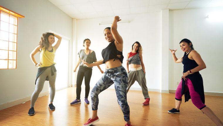 El baile es una actividad que le ayuda a salir de la monotonía y ofrece varios beneficios a su salud. (Foto Prensa Libre: Servicios).