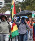 Ciudadanos bolivianos realizan este viernes una caminata por los dos fallecidos en los enfrentamientos de Santa Cruz, en La Paz, Bolivia. (Foto Prensa Libre: EFE)