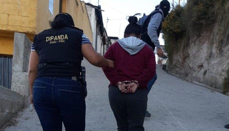 Una de las señala de extorsión es capturada en Quetzaltenango. (Foto Prensa Libre: PNC).