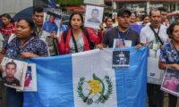 Miembros de la caravana de madres centroamericanas de niños migrantes desaparecidos llegan a Talisman, estado de Chiapas, en la frontera con Guatemala. (Foto Prensa Libre: AFP).