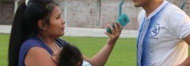 Cecilia Tapia al momento de entrevistar a un jugador en Argentina. (Foto Prensa Libre: Tomada de redes sociales).