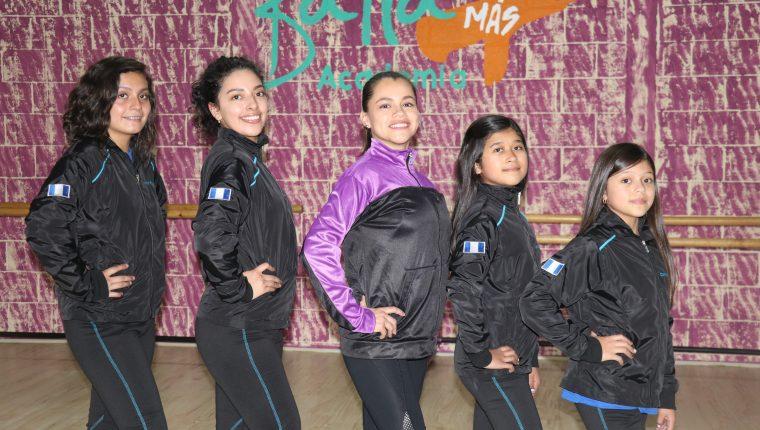 De izquierda a derecha: Tatania Aguilar, Regina Bethancourt, Astrid Fajardo, Renata Castillo y Camila Castillo, representarán a la Baila Más Academia. (Foto Prensa Libre: Raúl Juárez)
