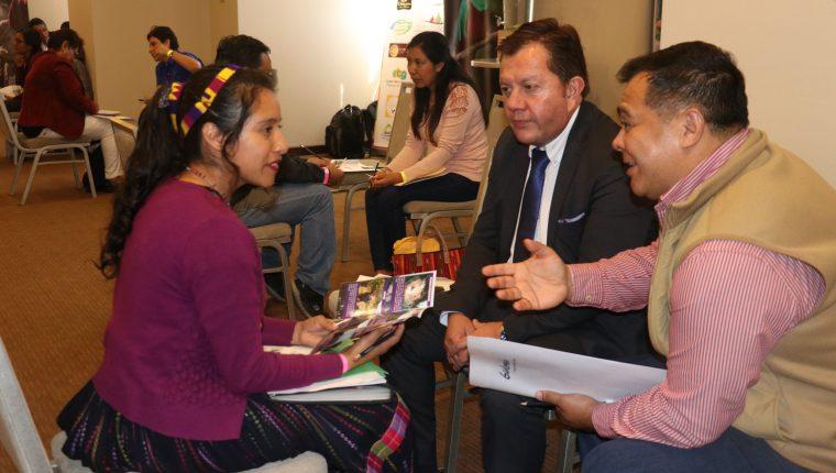 Los representantes de la empresas intercambiaron contactos para buscar alianzas estratégicas en turismo. (Foto Prensa Libre: Raúl Juárez)