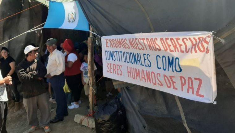 Vecinos permanecen en una de las áreas en riesgo por deslizamiento en Ciudad Peronia. (Foto Prensa Libre: Andrea Domínguez).