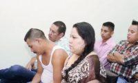 Los sentenciados    en la sala del Tribunal de Sentencia, en Jalapa, escuchan el veredicto del juez que dictó la sentencia que va desde los 20 a 48 años de prisión. (Foto Prensa Libre: Hugo Oliva)