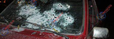 El picop quedó con varias perforaciones de bala en San José Acatempa, donde tres personas fueron acribilladas. (Foto Prensa Libre: Tomada de Barberena Noticias).