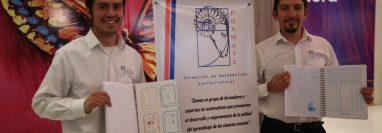 Tojil Juárez y Juan Calderón crearon un cuaderno que incluye diversas herramientas para facilitar el aprendizaje de las matemáticas. (Foto Prensa Libre: María Longo)
