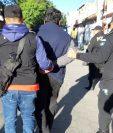 Agentes de la PNC trasladan a uno de los detenidos durante los operativos. (Foto Prensa Libre: PNC).