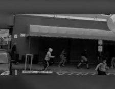 Cámara capta el momento en que varias personas buscan refugio durante balacera en complejo comercial. (Foto Prensa Libre: Captura de pantalla).
