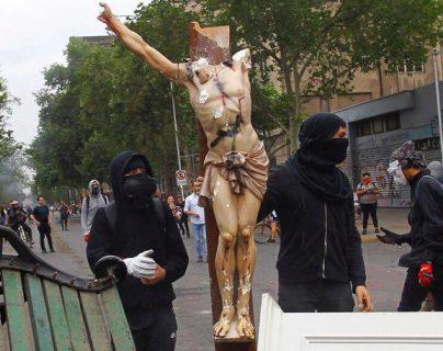 Una iglesia fue destruida y saqueada por manifestantes en Santiago de Chile. (Foto Prensa Libre: @ActualidadChil1)