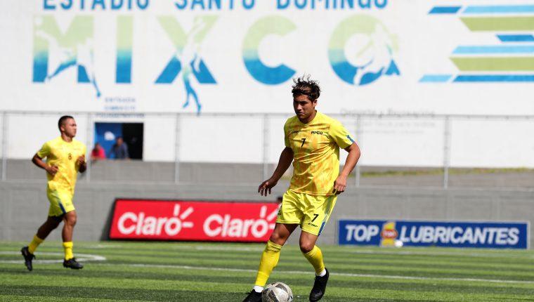 Dustin Corea, delantero de Deportivo Mixco conduce el balón durante la práctica en el estadio Santo Domingo. (Foto Prensa Libre: Francisco Sánchez).