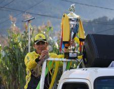 El bicampeón Manuel Rodas, con trofeo en mano recorrió las calles de La Esperanza. (Foto Prensa Libre: Raúl Juárez)