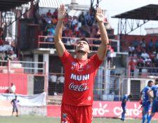 Wilber Pérez festeja en el Estadio Santa Lucía. (Foto Prensa Libre: Raúl Juárez)