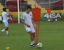'Chema' Rosales controla el balón durante la práctica de la Selección Nacional en Coatepeque. (Foto Prensa Libre: Raúl Juárez)