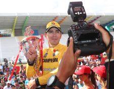 Manuel Rodas festeja el título después de la última etapa de la Vuelta a Guatemala. (Foto Prensa Libre: Carlos Vicente)