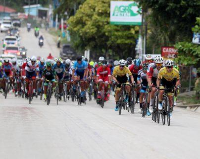 Manuel Rodas lidera el pelotón en la primera etapa de la Vuelta. (Foto Prensa Libre: Carlos Vicente)