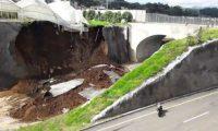 Derrumbes y deslizamientos se han registrado en el Libramiento de Chimaltenango. (Foto Prensa Libre: Hemeroteca PL)
