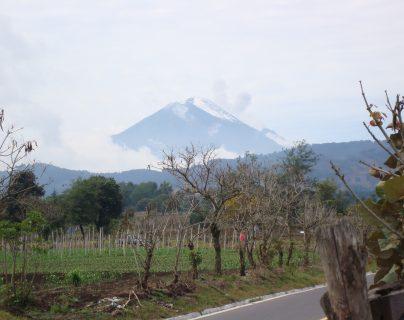 El volcán Acatenango es uno de los preferidos por los turistas, aunque durante el fin de año el clima en la cima es adverso. (Foto Prensa Libre: César Pérez)