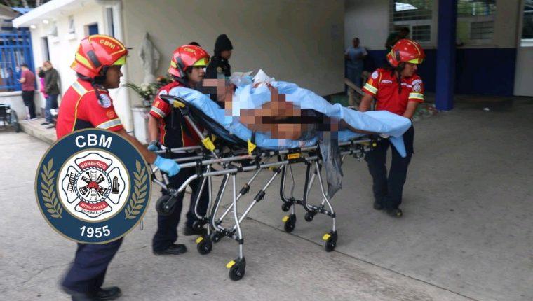 Bomberos trasladan a una persona atacada a balazos en El Mezquital, zona 12. (Foto: Bomberos Municipales)