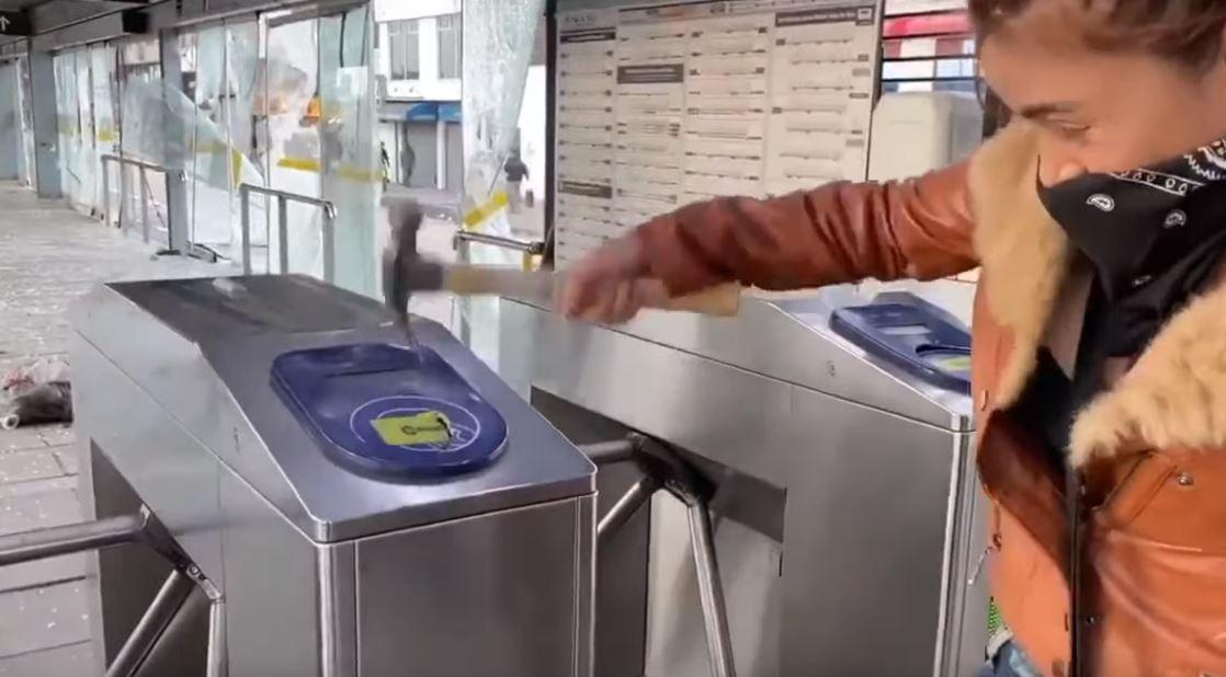 """Influencer """"Epa Colombia"""" no podrá usar sus redes sociales por causar daños en estación de TransMilenio"""