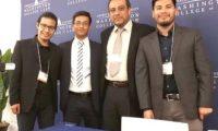 Los estudiantes de Derecho que ganaron el premio Novatos del Año junto al director de la Facultad de Derecho del Cunoc. (Foto Prensa Libre: Cortesía)