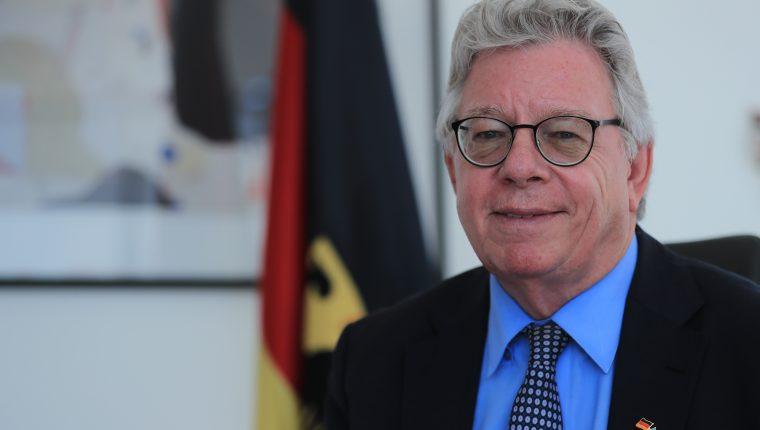 El embajador de Alemania, Harald Klein, conversa sobre el 30 aniversario de la caída del Muro de Berlín, un acontecimiento que marcó la historia de Alemania, del mundo. (Foto Prensa Libre: Juan Diego González)