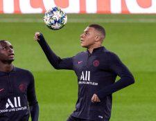 El delantero francés del PSG, Kylian Mbappé (d), durante el entrenamiento de este lunes en Madrid. (Foro Prensa Libre: EFE)
