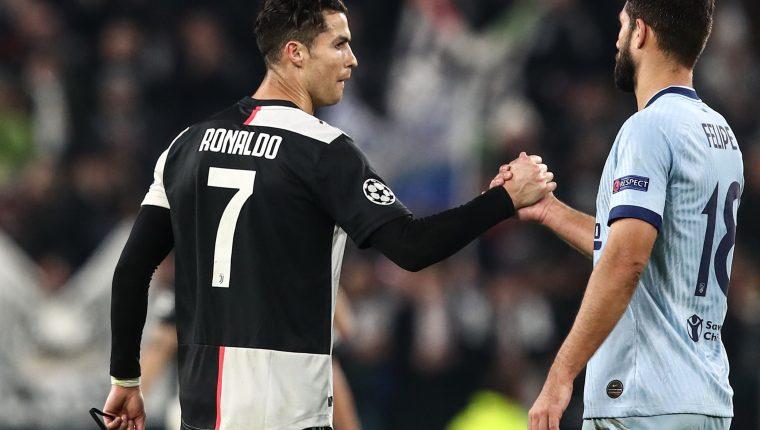 Cristiano Ronaldo y Felipe se saludan en el duelo de Champions League. (Foto Prensa Libre: AFP)
