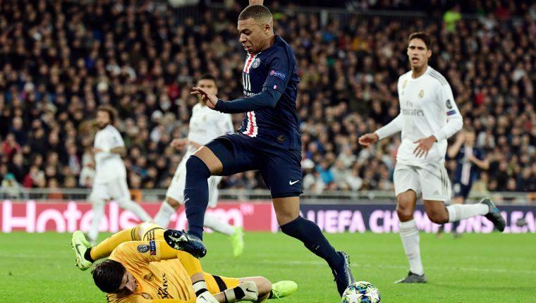 Kylian Mbappé controla el balón durante el partido frente al Real Madrid. (Foto Prensa Libre: AFP)