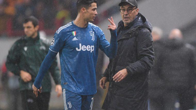 Cristiano Ronaldo le muestra su molestia a Sarri al ser sustituido. (Foto Prensa Libre: AFP)