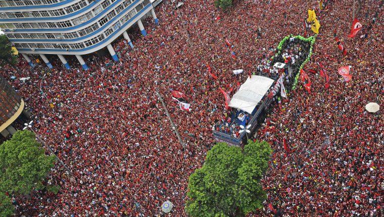 La afición del Flamengo festejó a lo grande en Río de Janeiro. (Foto Prensa Libre: AFP)