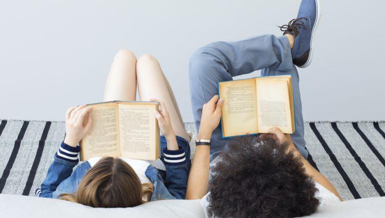 La lectura es un hábito que trae beneficios para la salud, como reducir los niveles de estrés. (Foto Prensa Libre: Servicios).