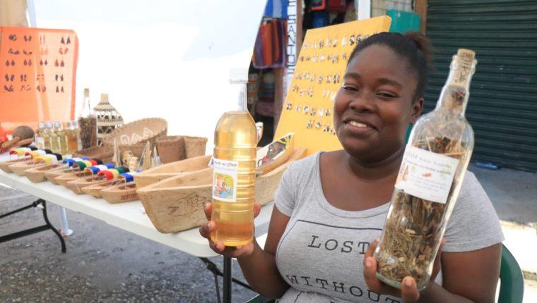 Una mujer garífuna muestra un aceite de coco y una bebida llamada Gifitti, productos de consumo popular en Lívingston, Izabal. (Foto Prensa Libre: Dony Stewart)