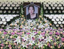 El retrato de la fallecida estrella del K-pop, Goo Hara,  se ve rodeado de flores en un altar conmemorativo en un hospital en Seúl. (Foto Prensa Libre: AFP)