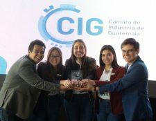 Equipo Yungo de la Universidad Landivar, ganó el primer lugar en la competencia universitaria Innovando por la Integridad. (Foto Prensa Libre: Cortesía)