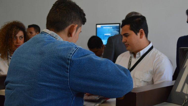 Un migrante hondureño que solicitó asilo en EE. UU. fue el primero en ser enviado a Guatemala. (Foto Prensa Libre: Migración)