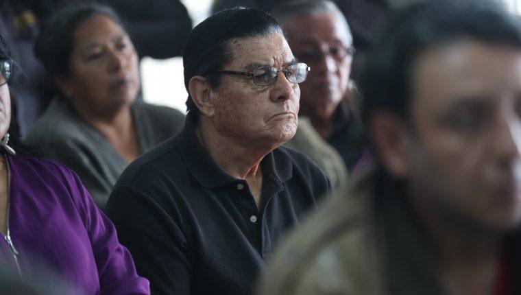 Personas de la tercera edad afectadas por la estafa estuvieron atentas a la resolución del juez en el caso Hunacoop. R.L. (Foto Prensa Libre: Miriam Figueroa)