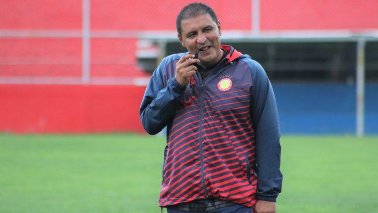 El entrenador Horacio González tiene la confianza en el grupo de jugadores para lograr la clasificación. (Foto Prensa Libre: Raúl Juárez)
