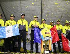 Los campeones festejaron con sus aficionados en una noche de alegrías. (Foto Prensa Libre: Raúl Juárez)