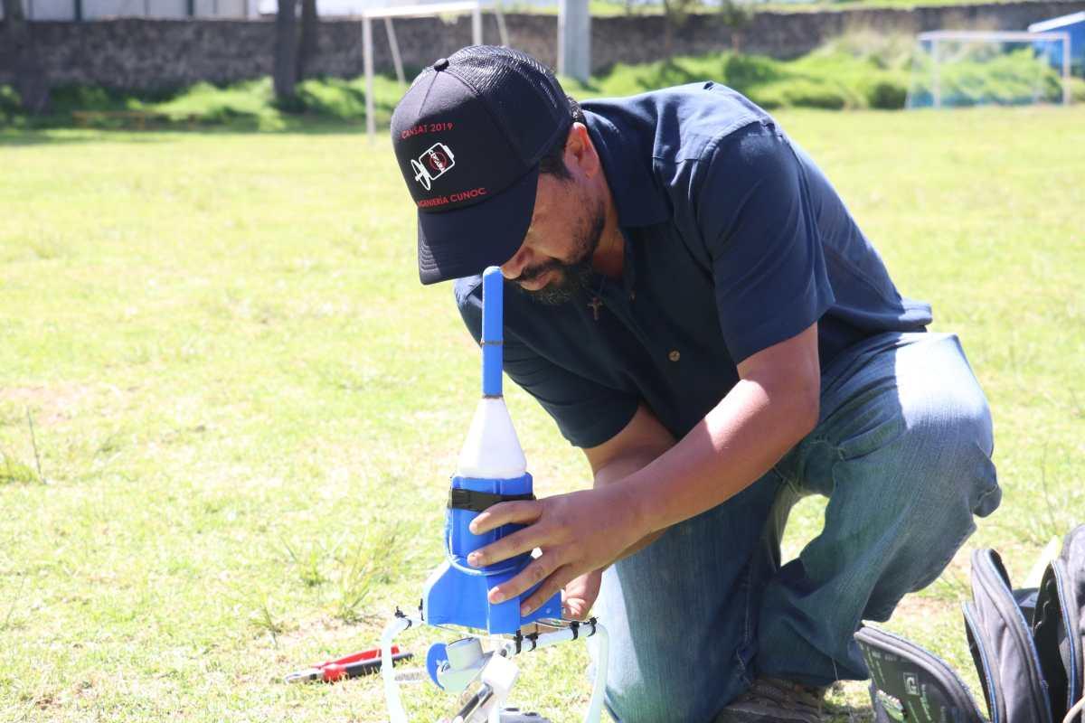Estudiantes del CUNOC crean satélites enlatados para participar en el concurso de Misiones Espaciales