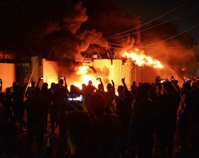 Varias personas graban con sus teléfonos móviles el incendio. Foto Prensa Libre: AFP.