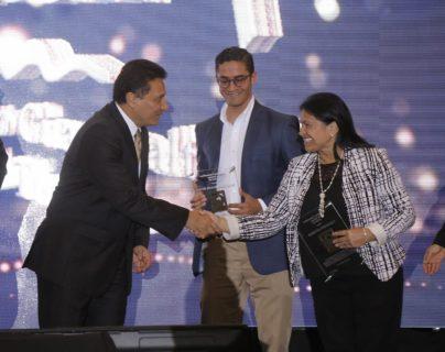 Jorge Mario Chajón, director del Inguat entregó los distintivos de calidad a empresas del sector turístico de Guatemala. (Foto Prensa Libre: Cortesía Inguat)