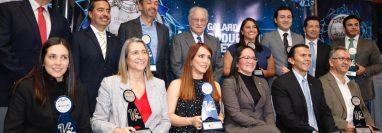 Representantes de las nueve empresas nominadas junto a organizadores del Galardón a la Productividad y Competitividad. (Foto Prensa Libre: Fernando Cabrera)