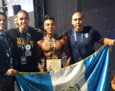 Jorge Patzán -al centro- junto a su equipo que lo apoya. (Foto Prensa Libre: Cortesía de Caravana Deportiva).