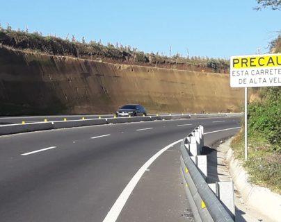 El libramiento de Chimaltenango no es una ruta de alta velocidad; sin embargo, muchos automovilistas se desplazan a más de 120 kilómetros por hora. (Foto Prensa Libre: Víctor Chamalé)
