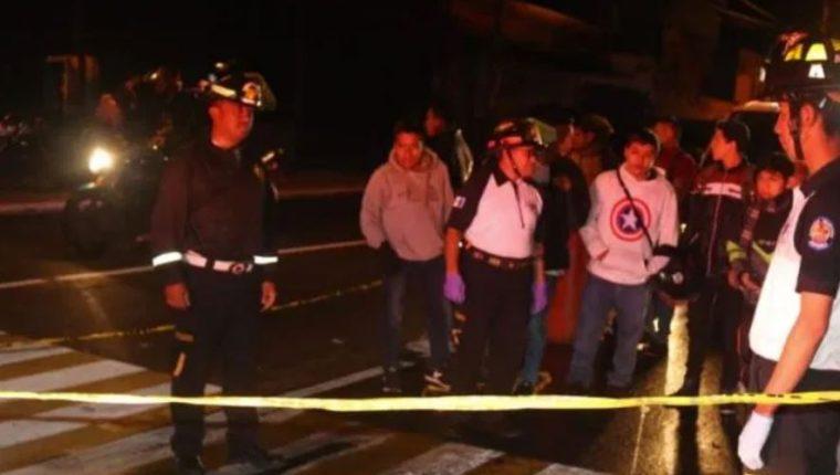 Motorista murió baleado en la en la avenida Petapa y 31 calle de la zona 12. (Foto Prensa Libre: Bomberos Voluntarios)