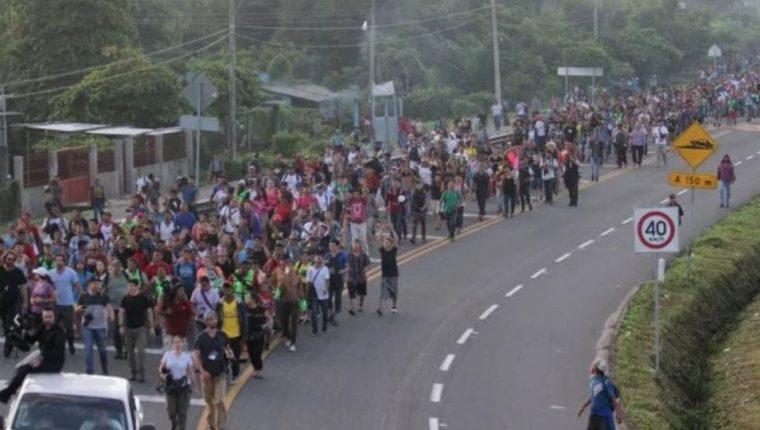 Cientos de hondureños avanzan por territorio mexicano para llegar a la frontera con EE.UU.(Foto Prensa Libre: AFP)